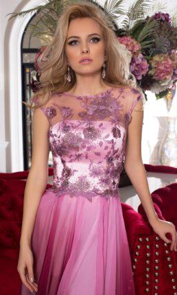 Сиреневое вечернее платье с аппликациями по верху и многослойной юбкой.