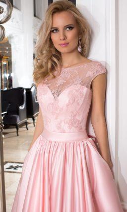 Закрытое вечернее платье розового цвета с атласной юбкой и лифом, покрытым кружевом.