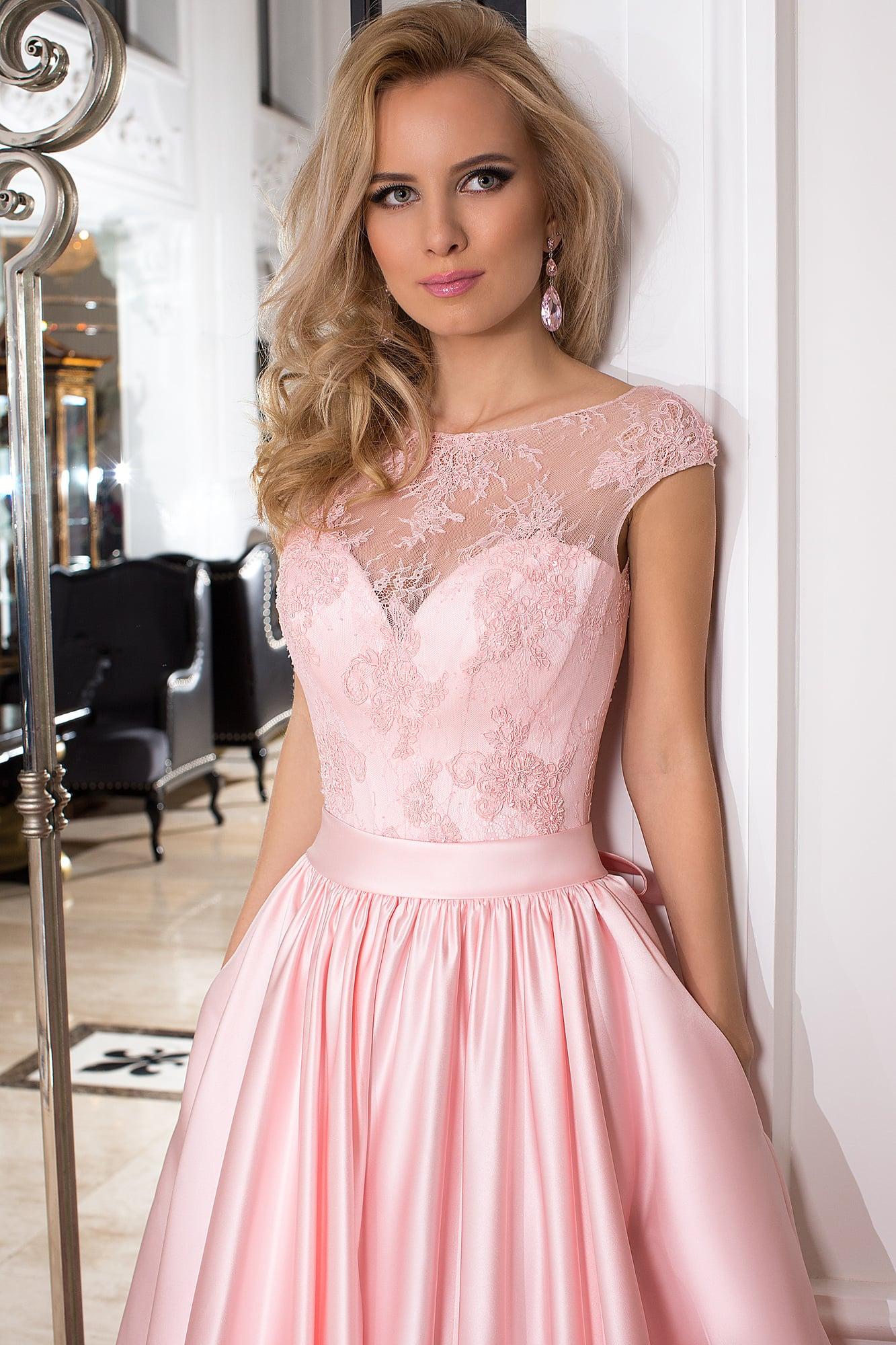 Закрытое вечернее платье розового цвета с атласной юбкой и лифом, покрытым  кружевом. 425fac9255b