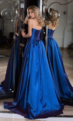 Необычное вечернее платье из плотной парчи в сине-фиолетовых тонах.