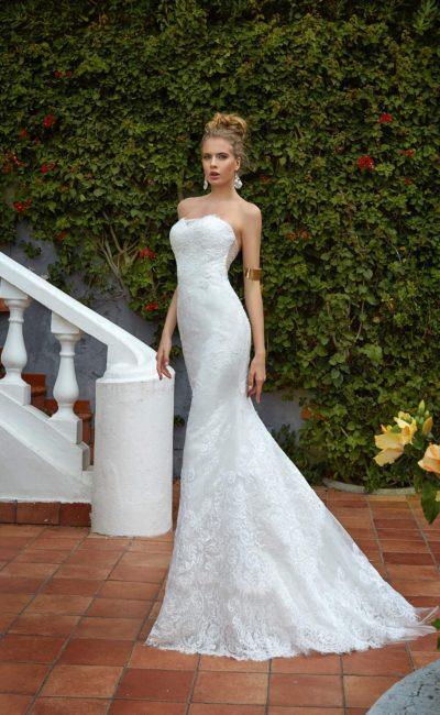 Свадебное платье «рыбка» с классическим кружевным декором и глубоким вырезом сзади.