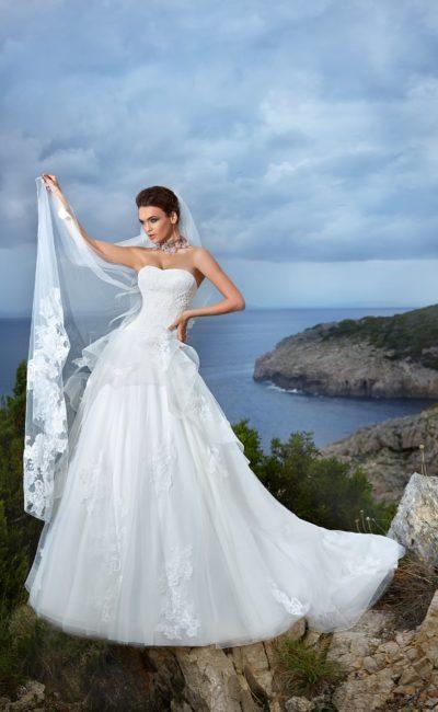 Свадебное платье с объемной баской и соблазнительным открытым корсетом.