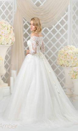 Пышное свадебное платье с рукавом из кружева, узким поясом и фигурным портретным вырезом.