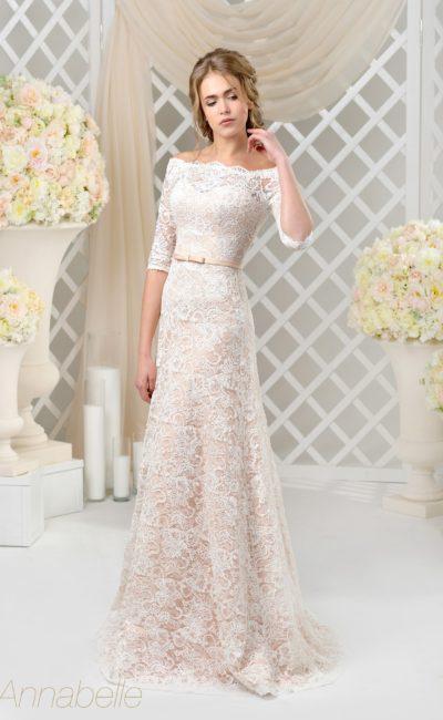 Открытое свадебное платье с розовой подкладкой под белым кружевным воротником.