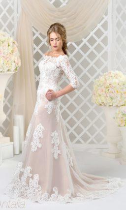 Облегающее розовое свадебное платье с плотной белой отделкой из кружева и длинным рукавом.