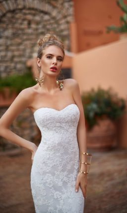 Кружевное свадебное платье прямого кроя с эффектным шлейфом и лифом в форме сердца.