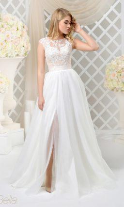 Романтичное свадебное платье с полупрозрачным верхом и высоким разрезом по пышному подолу.