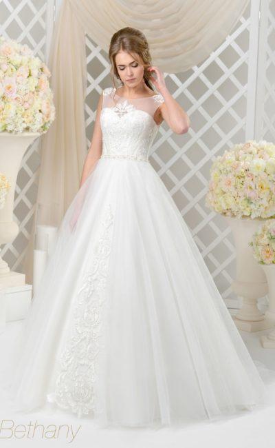Пышное свадебное платье с деликатным кружевным декором и тонкой вставкой над лифом.