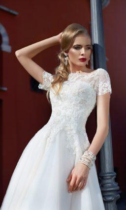 Свадебное платье с коротким кружевным рукавом и укороченной спереди пышной юбкой.