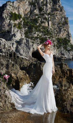 Свадебное платье с длинным кружевным шлейфом и облегающим кроем.