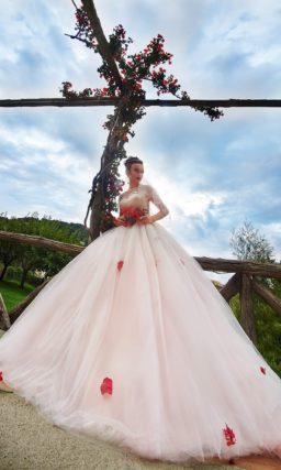 Пышное свадебное платье с тонкой вставкой над лифом и фактурным декором корсета.
