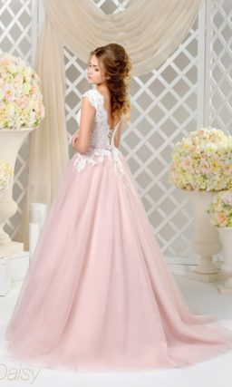 Изысканное свадебное платье с белым верхом, покрытым кружевом, и пышной розовой юбкой.