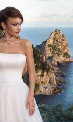 Свадебное платье с корсетом из атласа и розовой пышной юбкой с вышивкой по низу.