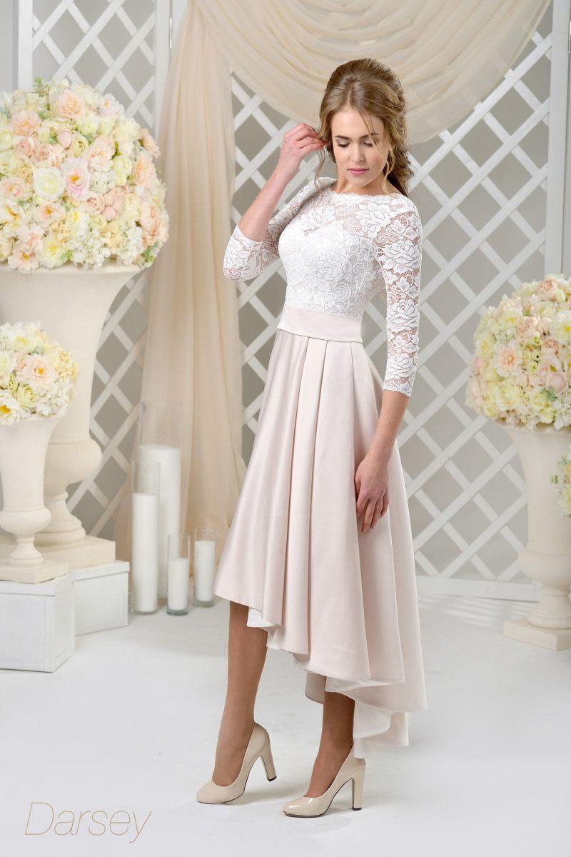 Необычное свадебное платье с укороченной спереди юбкой и элегантными рукавами.