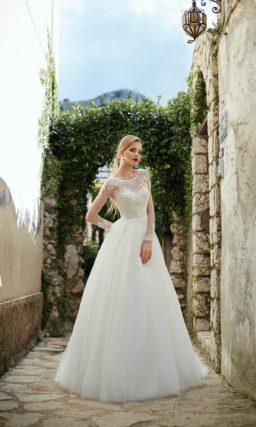 Торжественное свадебное платье пышного силуэта с длинным рукавом и крупным декором.