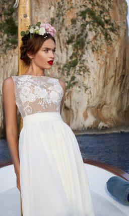 Свадебное платье с ажурным верхом и смелой прямой юбкой с высоким разрезом сбоку.