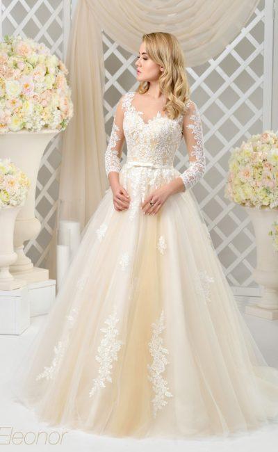 Пышное свадебное платье с золотистой подкладкой и стильными полупрозрачными рукавами.