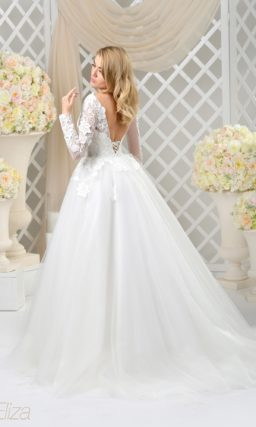 Пышное свадебное платье с глубоким вырезом сзади, длинным рукавом и романтичным декором.