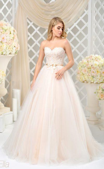 Романтичное свадебное платье с пастельной подкладкой на открытом кружевном корсете и юбке.