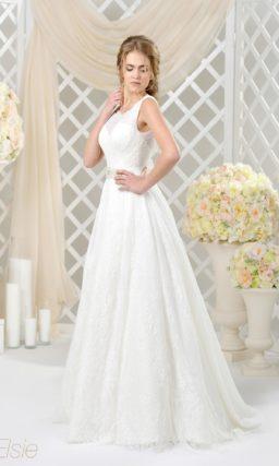 Классическое свадебное платье «трапеция» с кружевным декором и глубоким вырезом сзади.