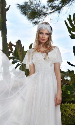 Прямое свадебное платье с пышными рукавами-оборками и многослойным подолом со шлейфом.