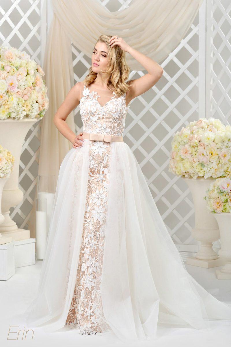 Свадебное платье на глянцевой кремовой подкладке, с пышной верхней юбкой.