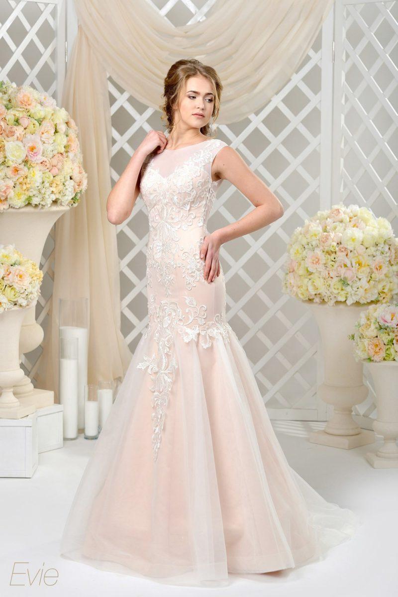 Персиковое свадебное платье силуэта «рыбка» с объемной вышивкой по закрытому верху.