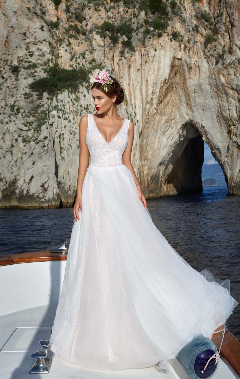 Лаконичное свадебное платье с юбкой-трапецией и небольшим женственным декольте.