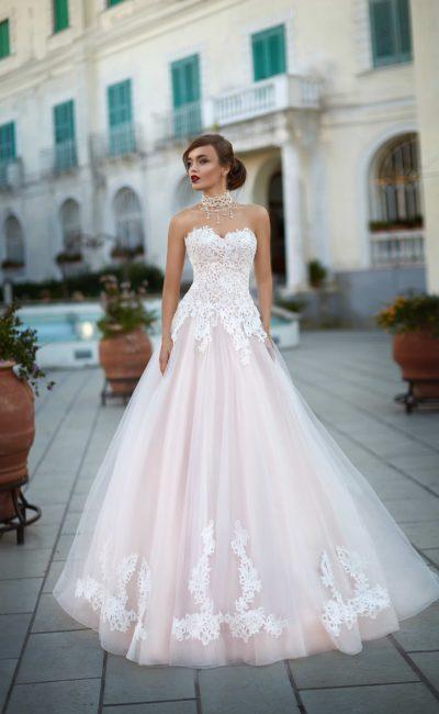 Роскошное свадебное платье розового цвета с открытым белым корсетом, покрытым кружевом.