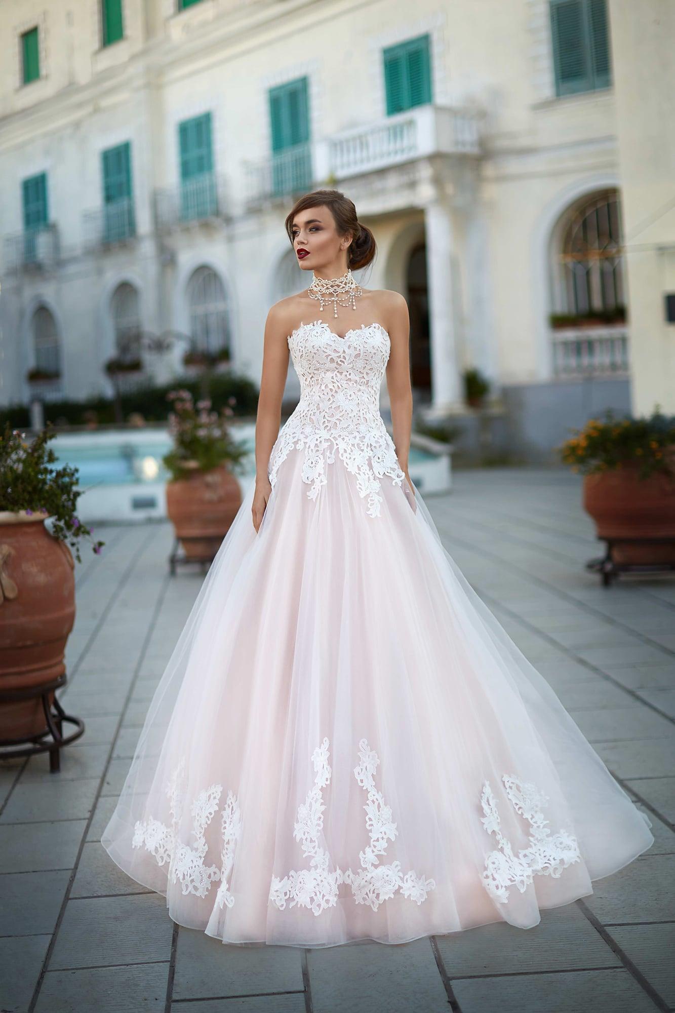 d4c7f3ffa77de9e Роскошное свадебное платье розового цвета с открытым белым корсетом,  покрытым кружевом.