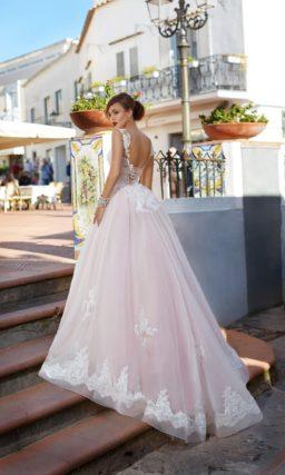 Розовое свадебное платье с открытой спинкой и пышной юбкой с кружевным декором и шлейфом.