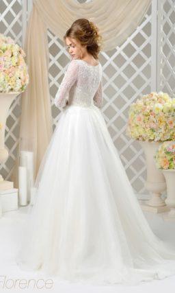 Закрытое пышное свадебное платье с верхом, оформленным плотным кружевом.