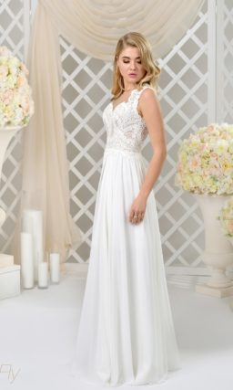 Прямое свадебное платье в ампирном стиле с нежным лифом, покрытым кружевом.