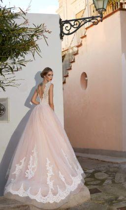 Розовое свадебное платье пышного кроя с эффектным декором и закрытым верхом.