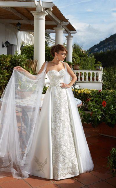 Открытое свадебное платье с тонкой накидкой и эффектной вышивкой по всей длине спереди.