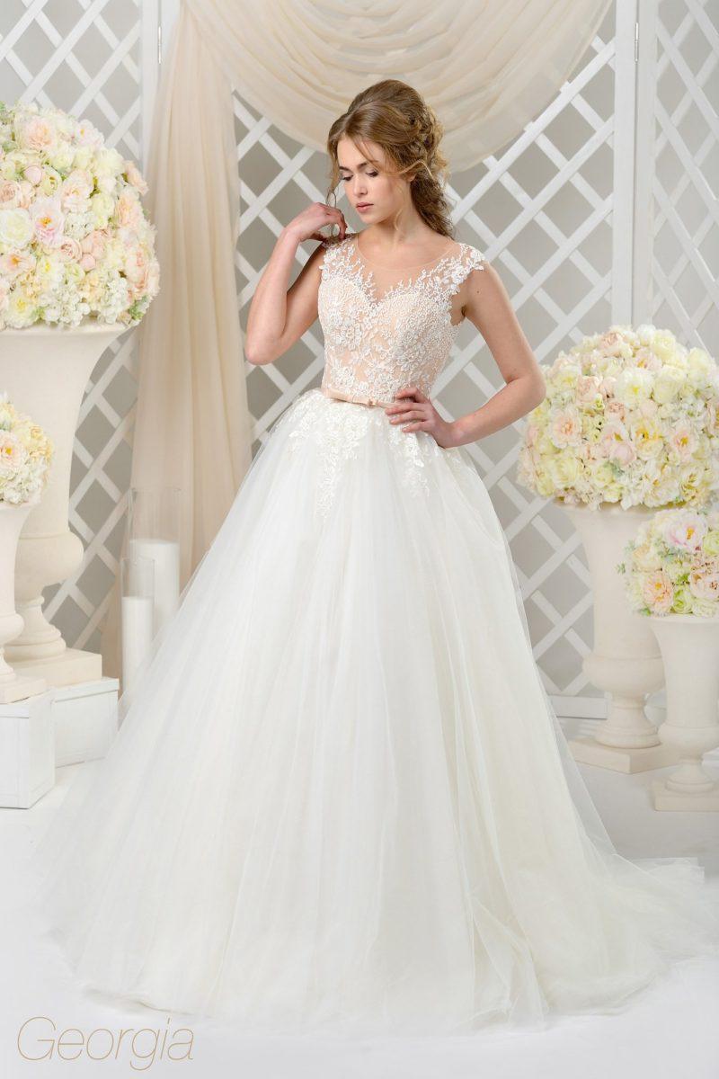 Пышное свадебное платье с персиковым корсетом, украшенным белыми кружевными аппликациями.