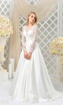 Атласное свадебное платье с длинным шлейфом и тонкими кружевными рукавами.