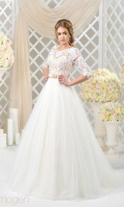 Пышное свадебное платье с многослойным подолом и персиковым корсетом под ажурной тканью.