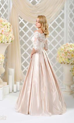 Нежное свадебное платье из светло-розового атласа, дополненного тонким кружевом.