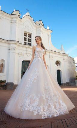 Чувственное свадебное платье с пышной юбкой в пудровых тонах и фактурным открытым верхом.