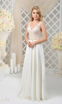 Свадебное платье прямого кроя с бежевым лифом и узким атласным поясом с бантом.