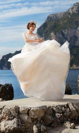 Великолепное пышное свадебное платье деликатного розового цвета с изысканным декором.