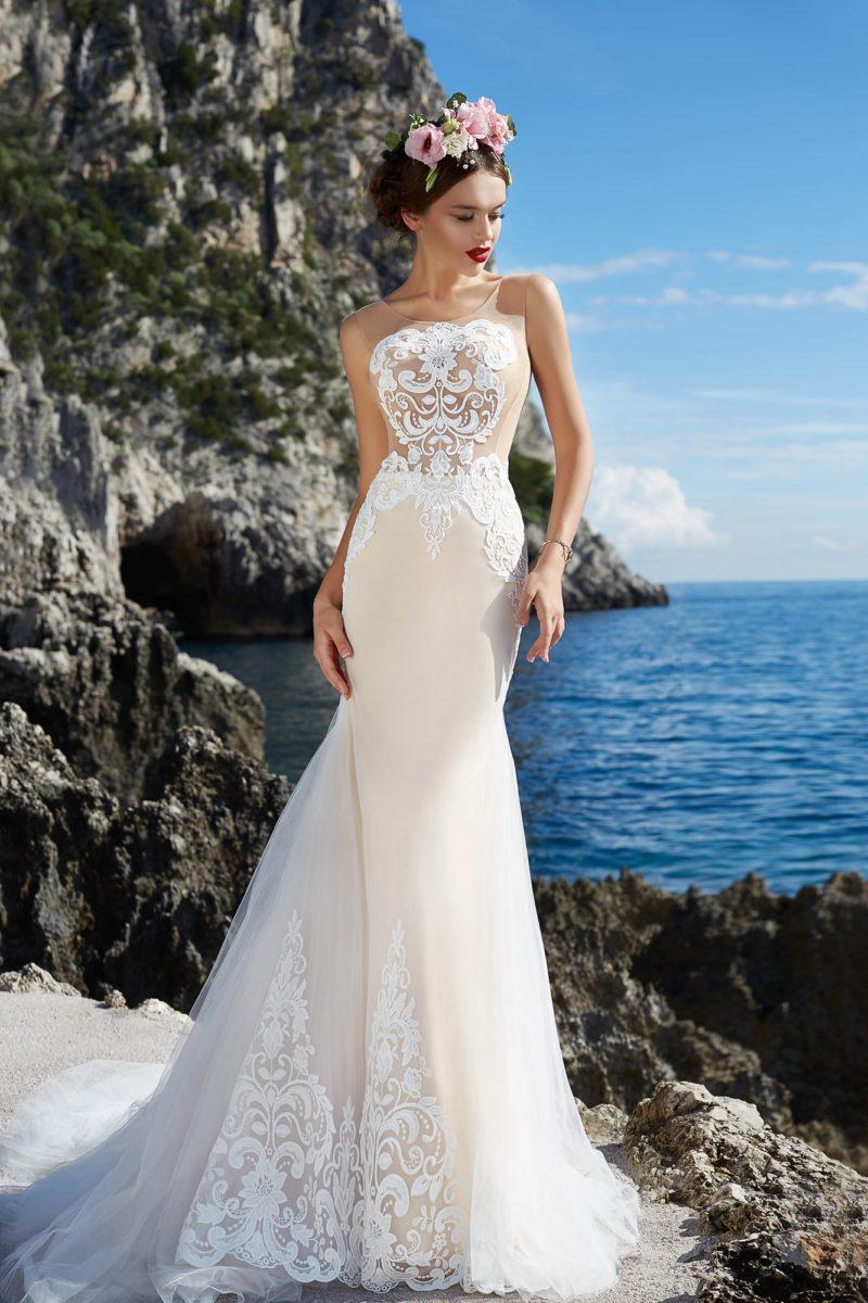 Облегающее бежевое свадебное платье с кружевным лифом и многослойным тонким шлейфом.
