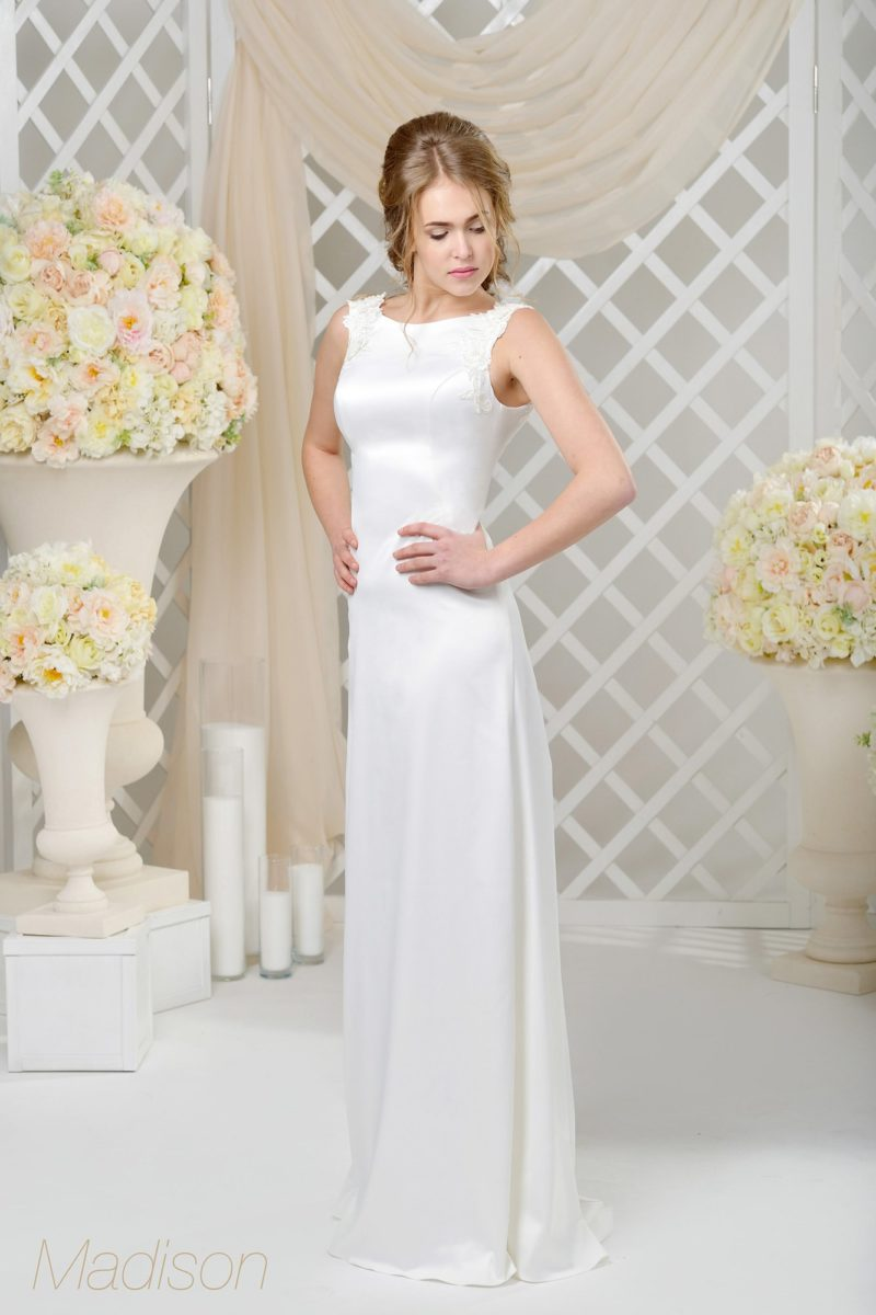 Атласное свадебное платье с вырезом «лодочка» и прямой юбкой со шлейфом.