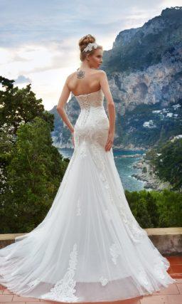 Свадебное платье «принцесса» с фактурными аппликациями и роскошным полукругом шлейфа.