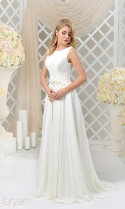 Закрытое свадебное платье с изящным атласным верхом и небольшим поясом с вышивкой.