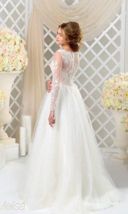 Нежное свадебное платье с корсетом из персикового атласа и многослойной юбкой.