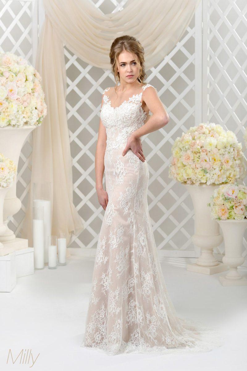 Бежевое свадебное платье с лаконичным прямым силуэтом, покрытое кружевной тканью.