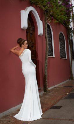 Эффектное свадебное платье из плотного атласа с необычным кроем лифа и объемной вышивкой.