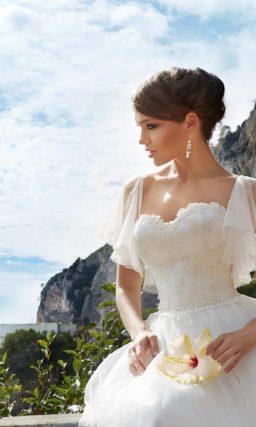 Пышное свадебное платье с кружевом на юбке и необычными бретелями-оборками.